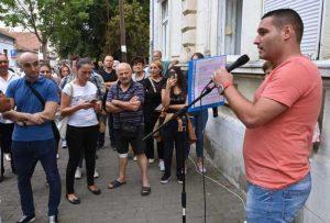 Ivan Suvačarević protestuje ispred Centra za socijalni rad u Kragujevcu